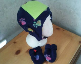 Fleece hat up to 21 inch head and thumbless mitten set in paw print navy n lime. Chin loop n snap tie.  Items lined.