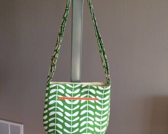 The Day Trip Crossbody- Kelly Green Leaves