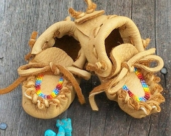 ON SALE Beaded baby moccasins ,  Newborn baby moccasins , Infant moccasins