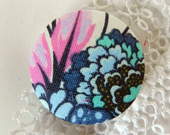 Button in blue and pink floral fabric, 40 mm / 1.57 in