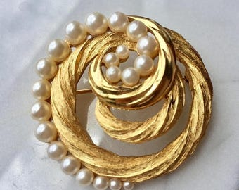 SUMMER SALE Stunning Vintage Crown Trifari Gold Tone Metal Pearl Rope Circle Brooch