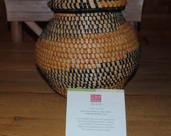 VINTAGE Coiled Hand Made LiDDED Grass BASKET Made in Uganda AFRICA Ten Thousand Villages
