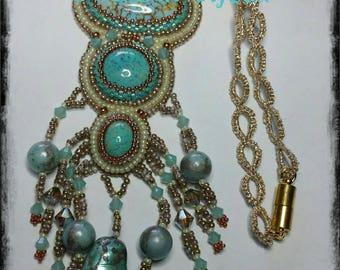 Collana realizzata pizzo chiacchierino e pendente in tecnica embroidery molto leggero ed elegante.  Adatto ad ogni occasione