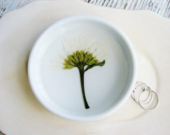 Daisy Flower Dish, Jewelry Organizer, White Ring Dish, Pressed Flowers Jewelry Bowl, Real Flower Dish, Botanical Gift