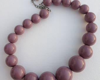 Necklace - chunky dusky lilac mauve plastic bead necklace retro design