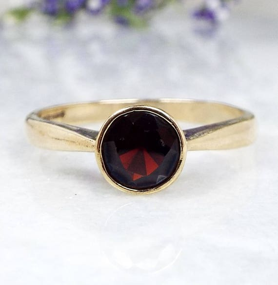 Vintage 9ct Yellow Gold Blood Red Simple Bezel Set Garnet Solitaire Ring / Size R