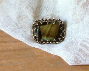 Pretty Gold Vintage Brown / green stone Brooch surrounded by gold coloured detail