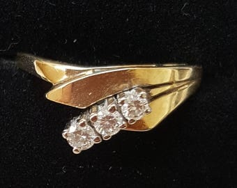 Trilogy Diamond 3 Stone Ring in 14ct Yellow Gold Unusual Setting Brilliant Cut Diamonds