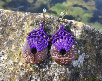 Ethnic macrame earrings with carved coconut - purple