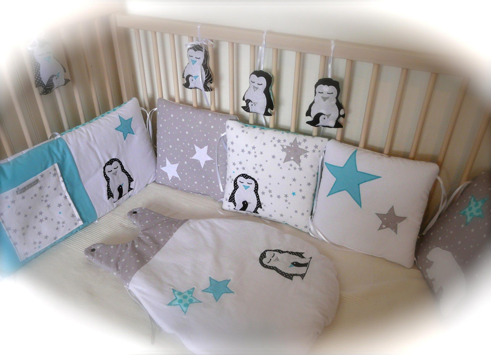 tour de lit polaire avec pingouins ours et toiles. Black Bedroom Furniture Sets. Home Design Ideas