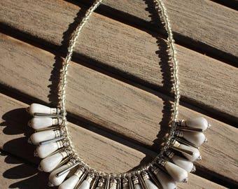 petit collier ivoire-gris-argenté de gouttes brillantes