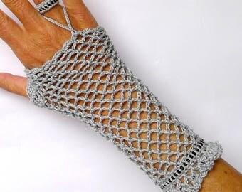 Fingerless gloves in filet crochet cotton lace