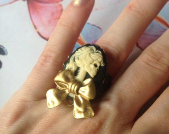 Ring adjustable lady skull bow