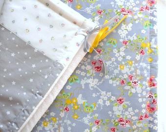 """Plaid  chaud et moelleux pour bébé  """"Vole vole, joli papillon""""  - combo gris , jaune, blanc, pointe de rose"""