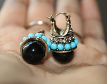Earrings in black with blue beads