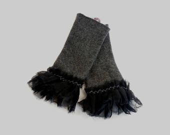 Pulse warmer in anthracite-grey cashmere with embroidered ruffle in black organza-pleated