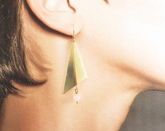 Geometric triangle and Pearl Earrings rose quartz powder nude raw brass. BO-003