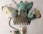 Fait à la main papillons papillons et ailes peigne à cheveux en tissu Organza de soie turquoise et Ivoire et perles de cristal chaîne - unique en son genre