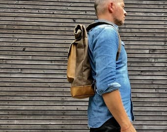 Backpack in waxed canvas with leather bottom and outside pocket in mustard colour