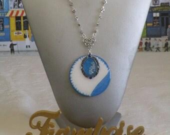 """Collier plastron pendentif en bois laqué et métal argenté """"Bleu et Blnc"""""""