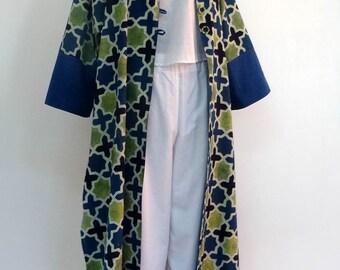Grand manteau d'été ou tenue d 'intérieur en coton léger imprimé block print dessin mosaique bleu et vert