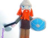Poupée Viking au crochet guerrier roux et casque; figurine textile en coton au crochet avec bouclier et hache