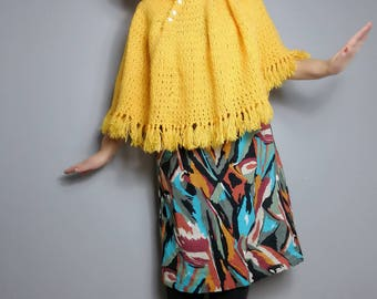 70s yellow poncho cape / retro poncho / hooded wool cape / fringed poncho / boho wool capelet / vintage crochet cape