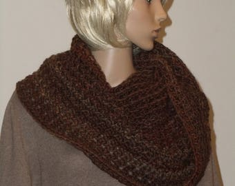 Crochet Möbiusschal of Brown yarn with a slight gradient
