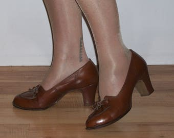 Charming 1940s round toe day heels w/bows, vamp details US 8 / UK 6 good width!