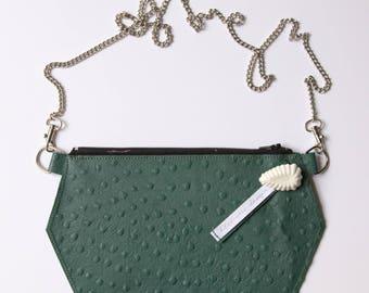 Pochette en cuir, pochette porté épaule, pochette bandoulière, en véritable cuir vert autruche, mini sac moderne et design !