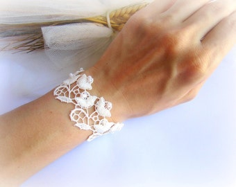 Floral lace bracelet, ivory flowers lace bracelet, white lace bracelet, bridesmaid bracelet, lace flowers bracelet, bridal lace bracelet