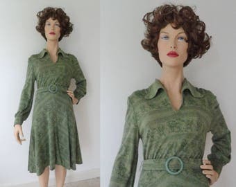 Green 70s Vintage Dress With Big Collar // Belted // Flower Print