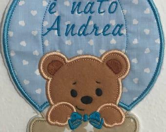 Annuncio nascita mongolfiera, fuoriporta o capoculla con ricamo del nome e orsetto, da appendere nel posto di lavoro o casa dei nonni e zii