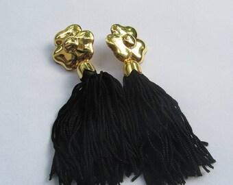 Orecchini con pompon in cordoncini di seta