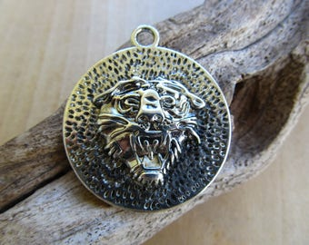 Pendant tiger head of 39 mm antique silver metal.