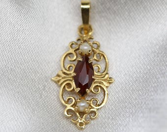 Small Antique pendant in 18k solid yellow gold 750 set with a natural garnet and 2 fine pearls art deco