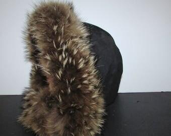 Très beau et chaud  capuchon de nylon noir garni de véritable  fourrure de coyote / Nice and warm nylon hood hood trim with real coyote fur