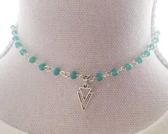 Elegante rosary choker. Korte ketting. Met facet geslepen kraaltjes blue/green opal. Met pijlpunt. Arrowhead. Layered necklace.