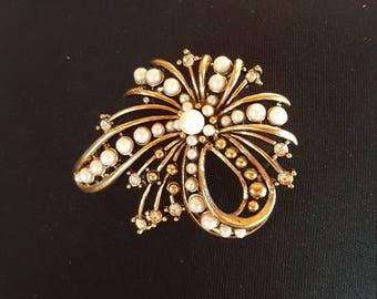 Vintage gold tone pearl and rhinestone brooch