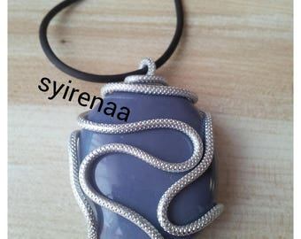 Featuring a pebble grey ribbed aluminum wire pendant