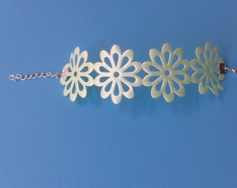 pretty and lightweight this fancy flower 40mm pale green ribbon bracelet