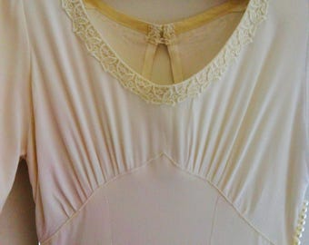Reduced price !!! 40's crepe simple vintage wedding dress, keyhole back, scoop neck, short sleeves.  8/ 10 UK, fitted waist and full skirt .