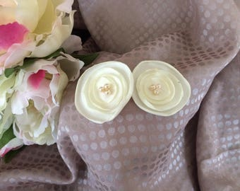 Flower 4 cm in ivory satin with pearls