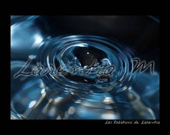 Photo 30X40cm drop trained in a swirl of blue water