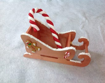 Sugar and gingerbread snowman sled candy: Christmas decoration - Center table