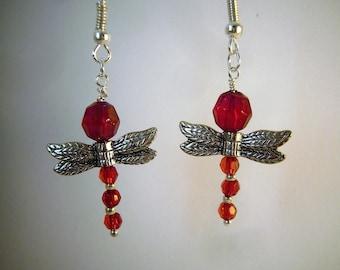 Boucles d'oreilles libellules rouge amour et argentées. Boucles d'oreilles avec pendentifs ailes ergentées, pièce unique. Made in France