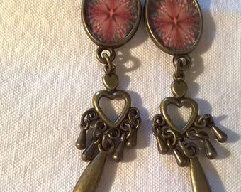 Earrings bronze large red petals on a very light green background cabochon. Superb design