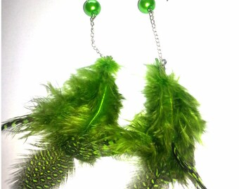 Earrings in green feathers and green beads