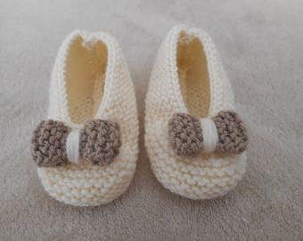 Ecru wool and wool beige bow baby shoes.