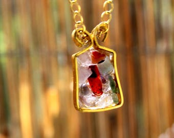 """""""Gift"""" shaped pendant necklace with resin stones"""